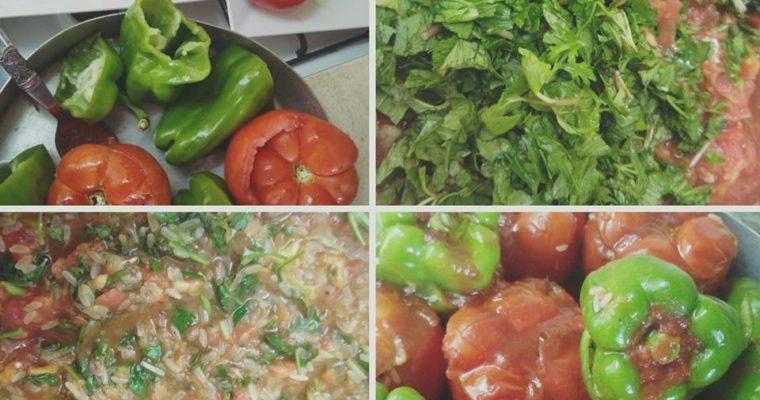 Συνταγή για ντομάτες και πιπεριές γεμιστές με ρύζι και μυρωδικά!