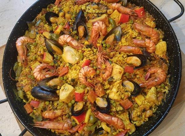 Ισπανική Παέγια με κοτόπουλο και θαλασσινά (paella mixta)