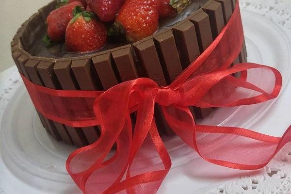 Συνταγή για εντυπωσιακό Kit Kat Cake με φράουλες!