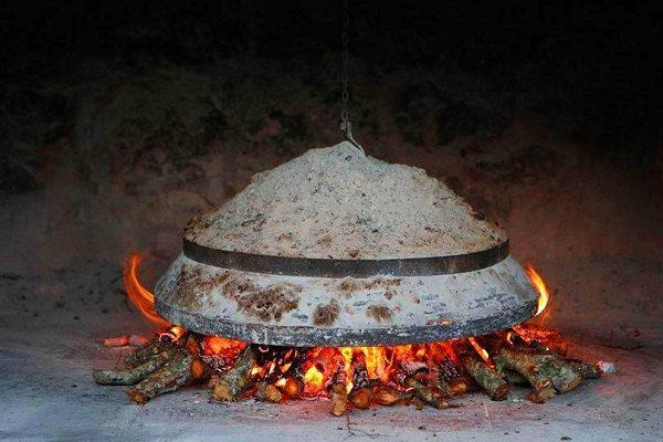 """Η παραδοσιακή συνταγή για """"σταχτόπιττα"""" της γιαγιας από τον Ακάμα!"""
