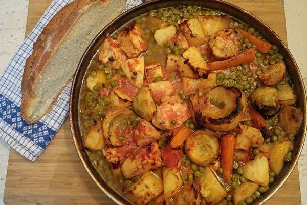 Συνταγή: Μπιζέλι με πατάτες, κοτόπουλο, καρότο και αγκινάρες στο φούρνο