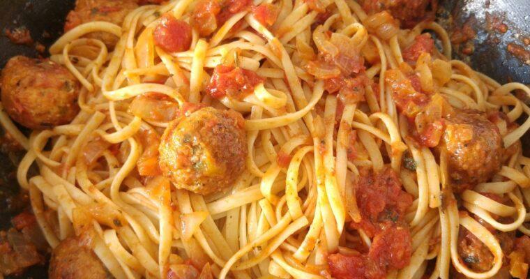 Συνταγή για Κεφτεδάκια γεμιστά με τυρί μοτσαρέλα, σάλτσα ντομάτας και μακαρόνια ταλιατέλες!